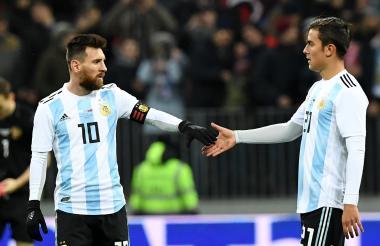 Los argentinos Lionel Messi y Paulo Dybala se estrechan la mano al término del amistoso contra Rusia.