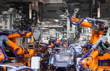 Máquinas robóticas utilizadas en los procesos de producción automotriz.