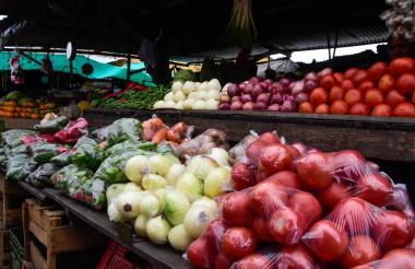 Cebolla, tomates, zanahorias, papa y distintas verduras en el mercado de Barranquilla.