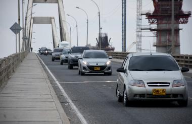 Varios automotores ingresan a Barranquilla por el Puente Pumarejo, al finalizar el puente festivo.