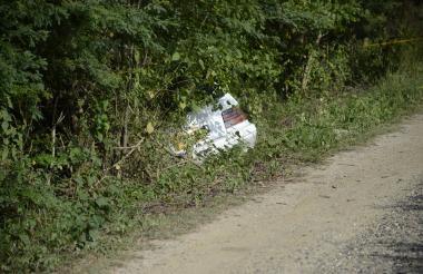 El carro fue hallado a un lado de la vía, en un sector enmontado.