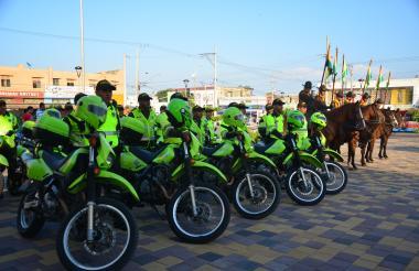 Agentes y Policía de Carabineros se preparan para vigilar la ciudad en la temporada de fin de año.