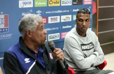 Francisco Maturana habla con los medios de comunicación durante una rueda de prensa. A su lado, Johan Arango.