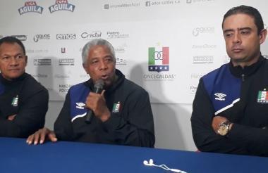 El entrenador Francisco Maturana y sus asistentes durante rueda de prensa.