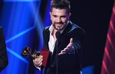 Juanes recibe el gramófono por Mejor álbum de pop/rock 'Mis planes son amarte'.