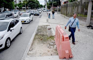 El andén de la calle 84 entre 51 y 51B está deteriorado y sin pavimento.