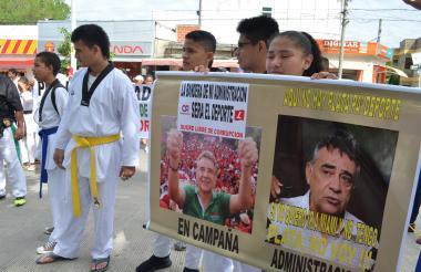 Los deportistas, durante la protesta de ayer.