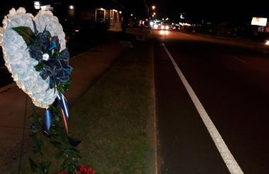 En el sitio donde fue hallado muerto Ronald Felton pusieron flores.