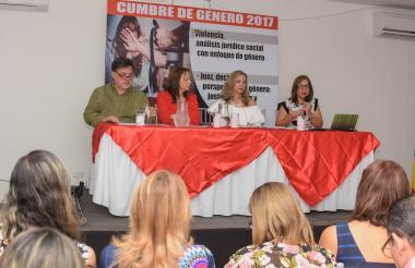 En la mesa (de izq a der): Rodrigo Jiménez, Stella Conto, Zandra Vásquez y Margarita Cabello, durante la cumbre de género.