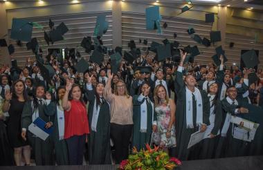Un grupo de estudiantes graduados la mañana de este viernes.