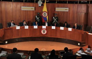 Magistrados de la Corte Constitucional, en sala, durante la realización de una audiencia pública.