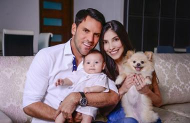 La familia Viera Correa posó junto a su mascota Shantal en su casa, ubicada en el norte de Barranquilla.