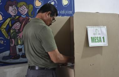 Ciudadano votando en Cartagena
