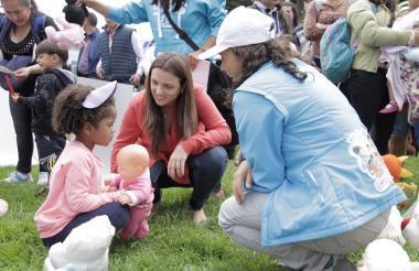 Karen Abudinen saluda a una niña durante uno de los actos programados para celebrar la 'Semana del buen trato'.