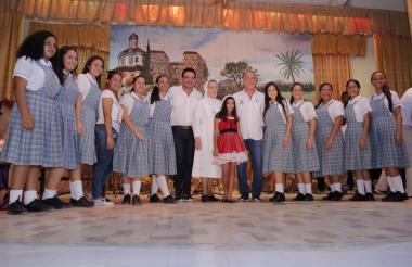 Un grupo de estudiantes, acompañados del gobernador y del secretario de Educación, Dagoberto Barraza.