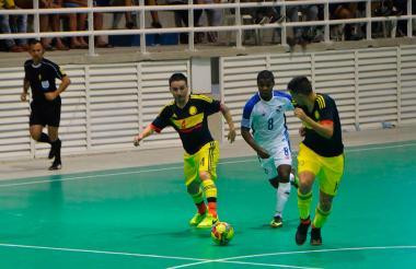 Camilo Gómez la figura con tres goles.