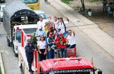 'La Tigresa' Palmera es paseada en el camión de Bomberos a su regreso a Colombia.
