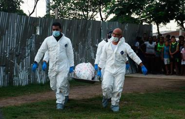 Las autoridades hicieron el levantamiento de la joven asesinada en el parque Ernesto McCausland.