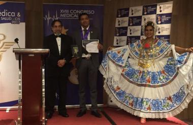El médico guajiro Jarold Effer Taylor recibe el premio en Panamá.