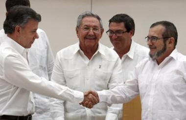 Apretón de manos entre Juan Manuel  Santos y Rodrigo Londoño en uno de los actos de paz llevados a cabo en La Habana, Cuba, el año pasado.