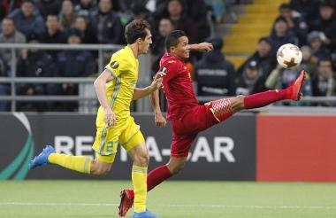 Carlos Bacca alcanza una pelota aérea ante la marca de un defensor del Astana de Kazajistán.