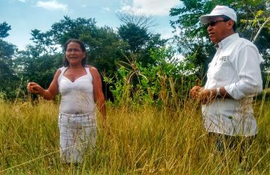 Lilia en compañía del director territorial de la Unidad para las Víctimas en Córdoba, Manuel Pacheco, a quien le enseña su proyecto de vida.