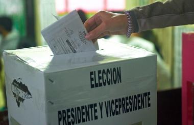 Desde las 7:00 de la mañana cientos de personas se acercan a los puestos de votación para hacer uso de su derecho al voto.