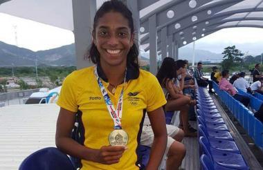 Julieth exhibe su medalla de oro en los Bolivarianos.