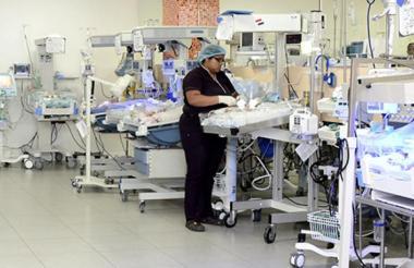 Una enfermera atiende a un bebé en la Unidad de Cuidados Intensivos de la ESE Hospital Niño Jesús.