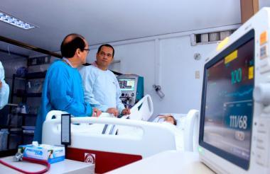 Hernando Viloria y el médico Guillermo Venegas, junto a la menor que resultó intoxicada.