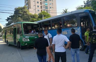 Dos buses de servicio público se vieron involucrados en el accidente.