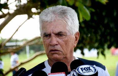 Julio Comesaña atendiendo a la prensa en la sede.
