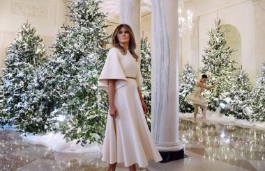 Melania Trump, vestida con un diseño de Dior, recorriócada una delas salas ornamentadas en la Casa Blanca para que no faltara ningún detalle durante la presentación de la ornamentación navideña. Unos 53 abetos fueron repartidos por toda la casa presidencial, para lo cual se utilizaron 5.600 metros de luces y más de 3.400 metros de cintas.