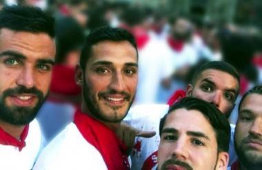 Imagen de los cinco amigos sevillanos durante la fiesta de San Fermín, en Pamplona, en 2016.