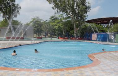 Jóvenes disfrutan de la nueva piscina del Muvdi.
