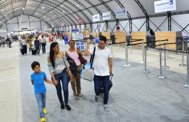 Pasajeros caminan por la nueva zona de 'check-in' en el aeropuerto Ernesto Cortissoz.