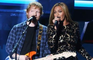 Ed Sheeran y Beyoncé durante los premios Grammy en 2015.