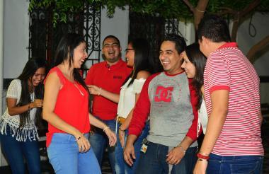 Un grupo de jóvenes conversa animadamente durante un receso de sus actividades académicas.