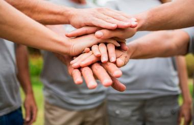 Manos que ayudan, símbolo del trabajo voluntario.