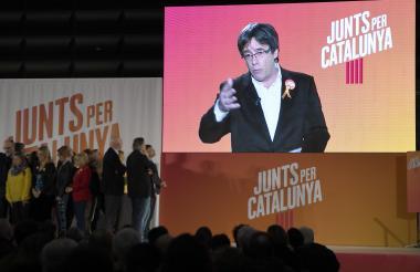 Puigdemont intervino por videoconferencia en el mitin inaugural de su candidatura Juntos por Cataluña.