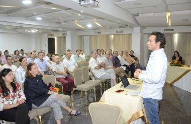 Alberto Bernal durante su conferencia en un salón del hotel Country Internacional en Barranquilla.