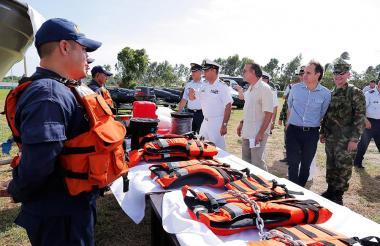 Verano entregando la dotación en la Armada Nacional.