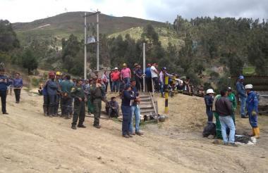 Trabajadores de la mina y autoridades de rescate en el lugar del accidente.