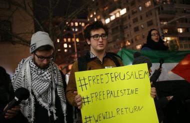 Estudiantes de Manhattan protestan con pancartas luego de conocerse la decisión del presidente Trump sobre Jerusalén