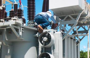 Un operario de Electricaribe en un mantenimiento.