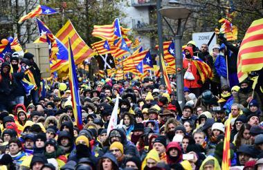 Miles de personas marchan en Bruselas por la independencia de Cataluña.