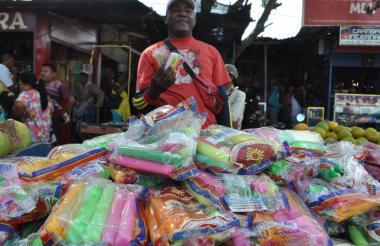 Edwuar Duarte vendedor en el mercado.