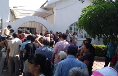 Los usuarios de Coomeva hacen fila para ingresar a las oficinas de atención.