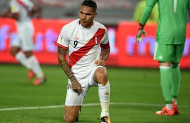 Paolo Guerrero se lamenta tras desperdiciar una oportunidad de gol durante el juego entre Perú y Colombia.