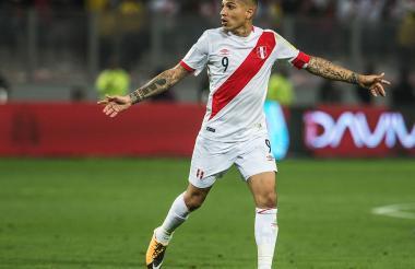 Paolo Guerrero durante el juego entre Perú y Colombia.